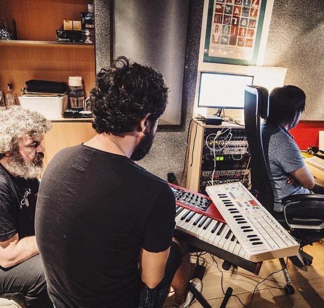 Ayer durante la grabacin de teclados de las nuevas cancioneshellip